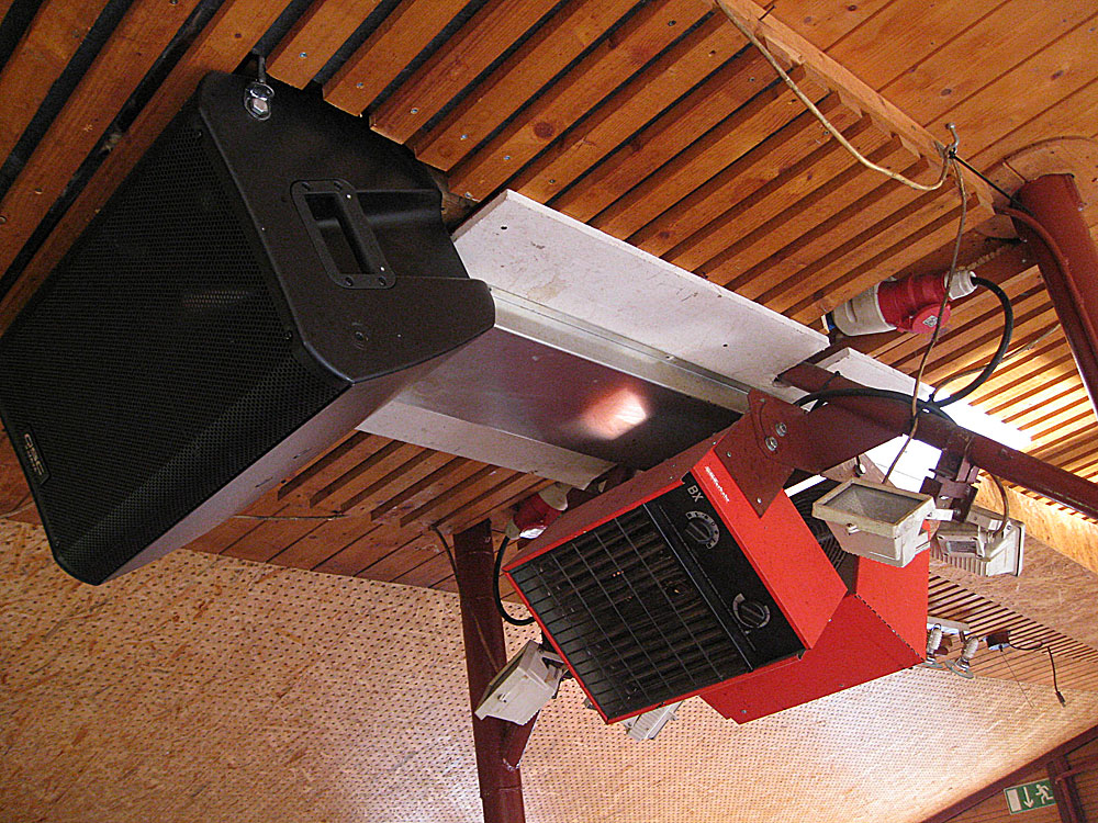 zwei 9 KW Warmluftöfen + Türvorhang bei Haupteingang