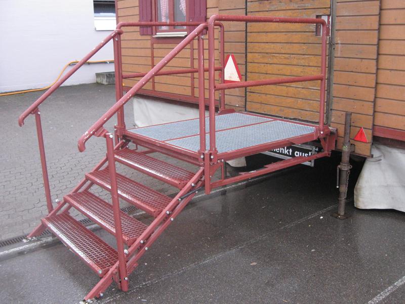 2 Türen mit Podest und Treppen 90° drehbar