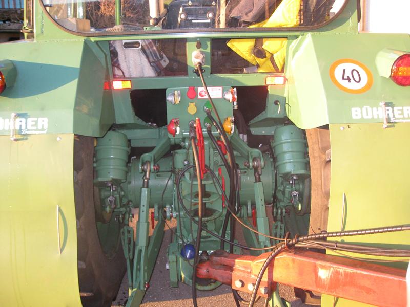 Das Zugfahrzeug erzeugt den Druck und liefert das Oel für die Zylinder.