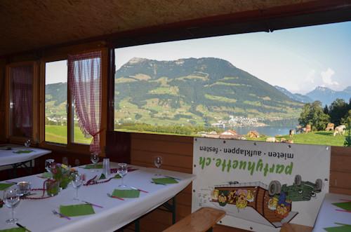 Sommerparty mit geöffnetem Panoramafenster